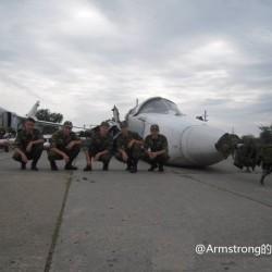 俄军一架苏-24迫降后报废 士兵摆造型自拍 (3)