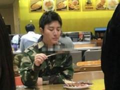网友苏州偶遇贾乃亮 穿绿色上衣一个人吃烤串